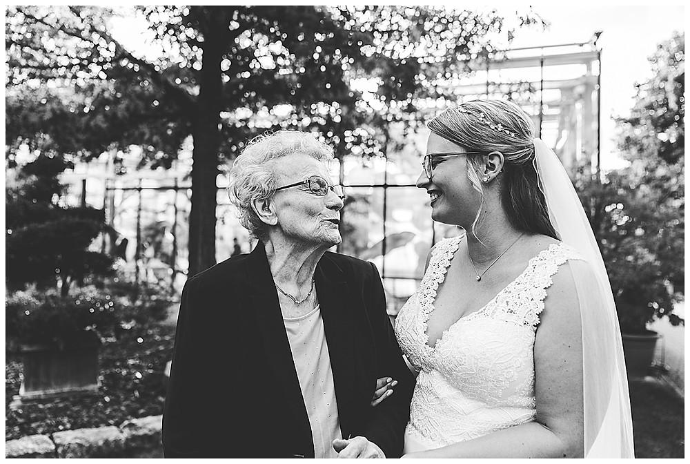 Braut und Oma lachen
