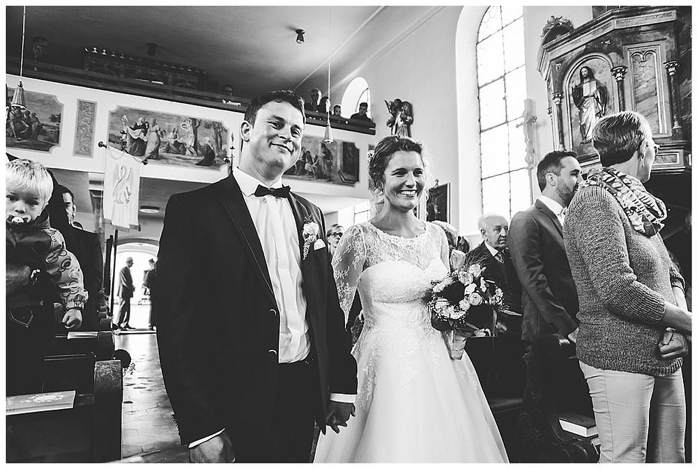 Brautpaar Einzug Kirche lachend