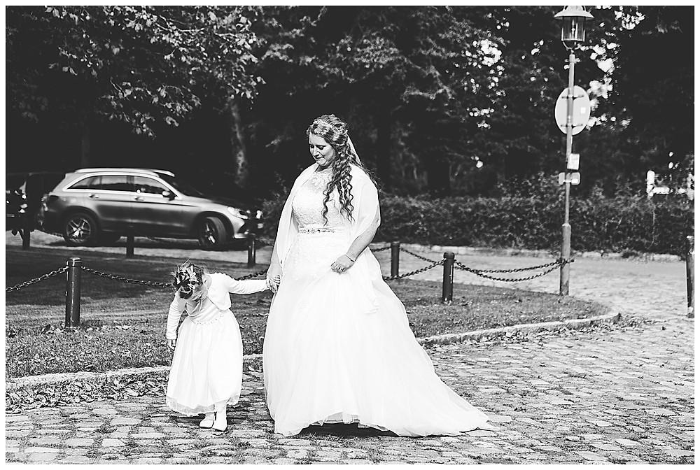 Braut und Tochter laufen Hand in Hand