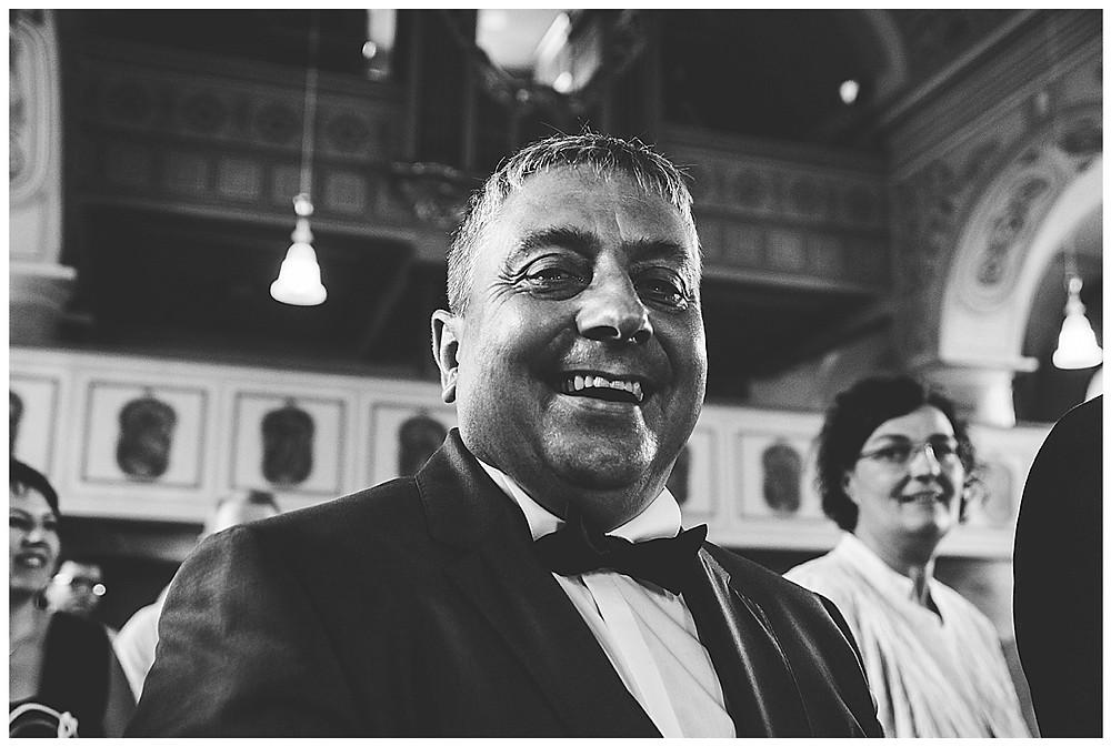 Brautvater weint in Kirche