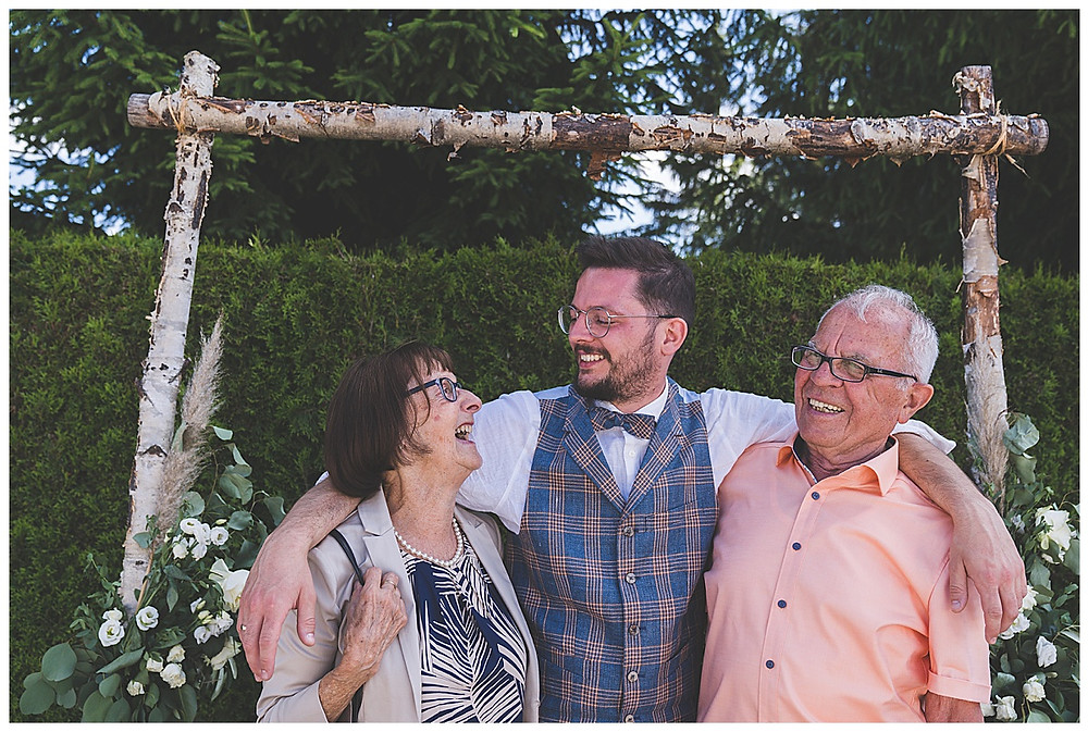 Bräutigam macht mit Oma und Opa ein Bild lachen