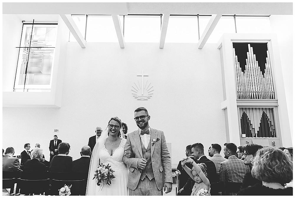 Ehepaar verlässt Kirche gemeinsam