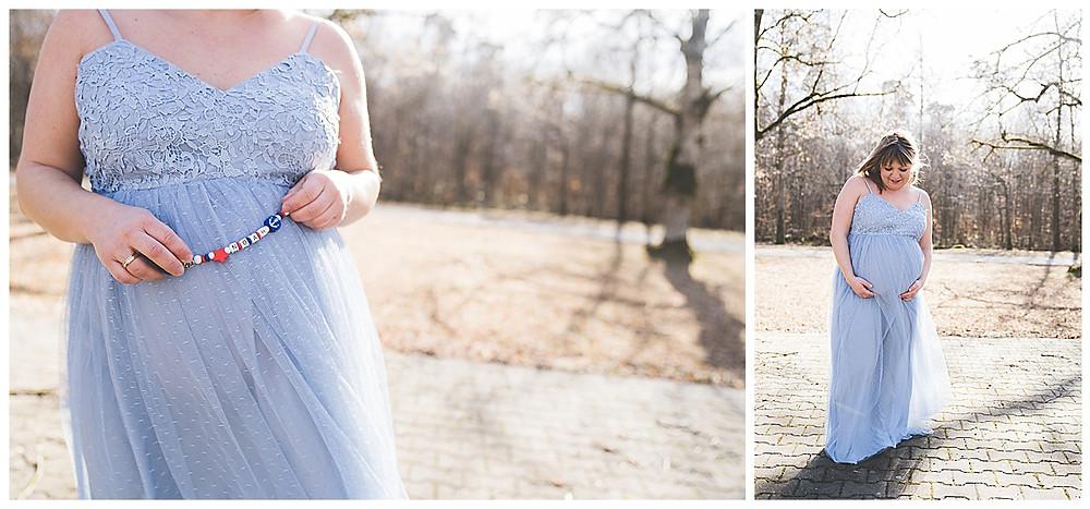 Babybauchfotos am Waldesrand im schönen blauen Kleid