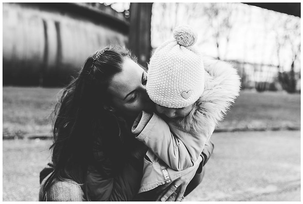 Mama küsst ihr Kind beim Famiienshooting in Augsburg