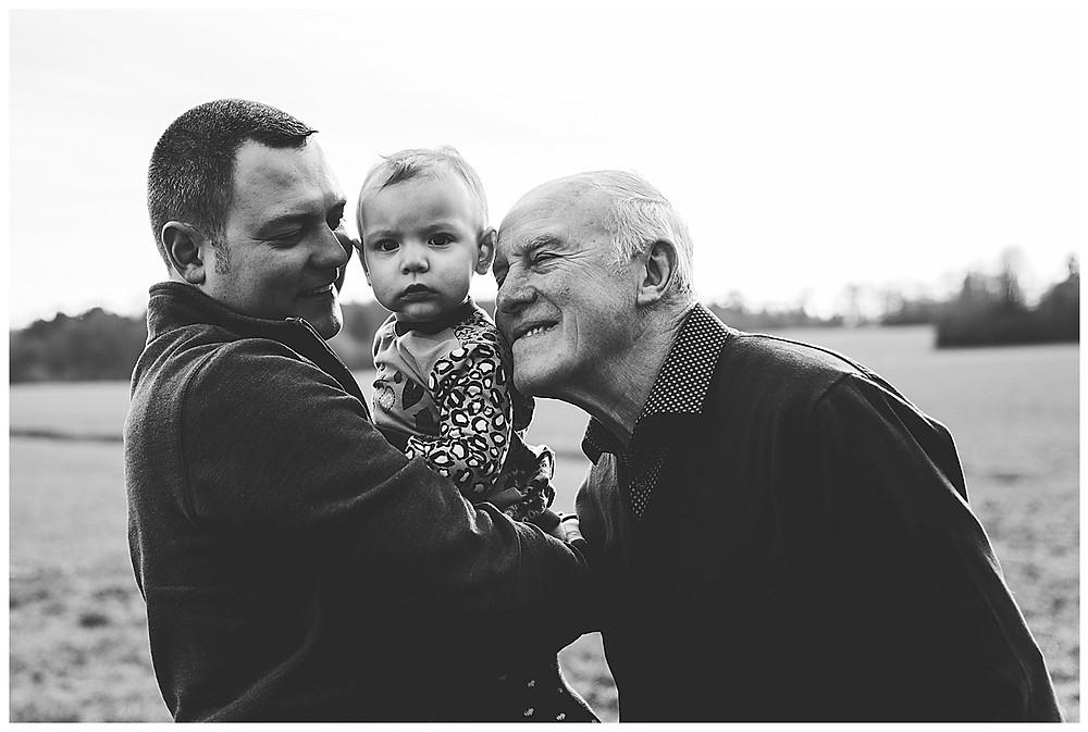 Papa und Opa kuschen mit Tochter