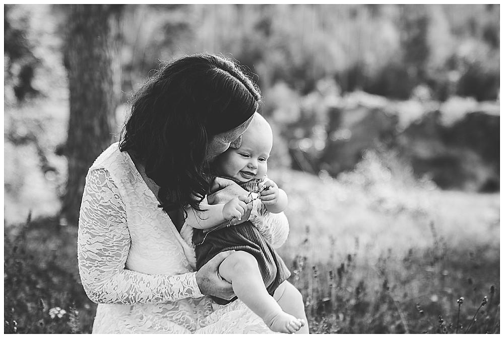 Mama kuschelt mit Sohn beim Fotoshooting