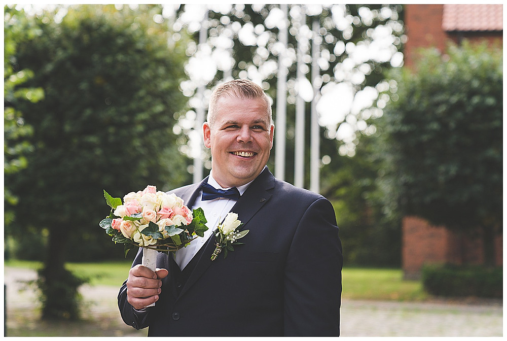 Bräutigam hält Brautstrauß