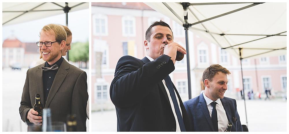 Heiraten im Kloster Wiblingen Gäste trinken Bier