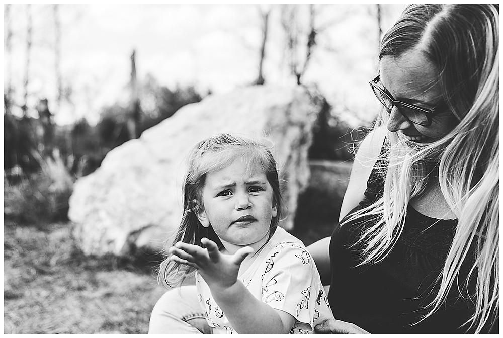 Mama und Kind sitzen beim Shooting