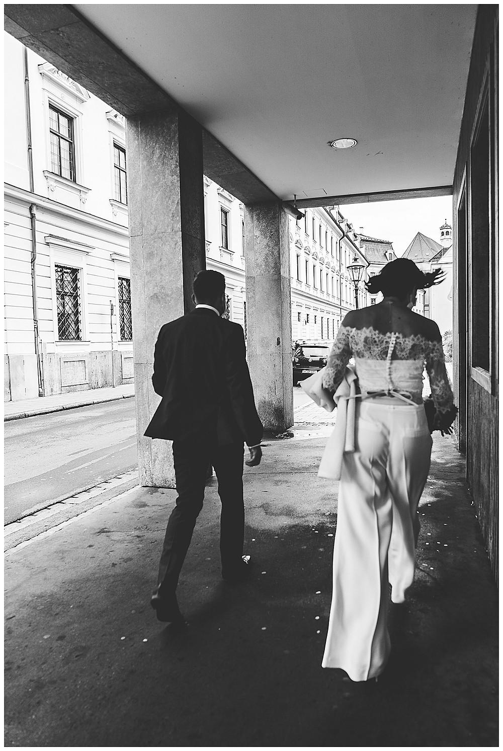 Brautpaar läuft zur Trauung