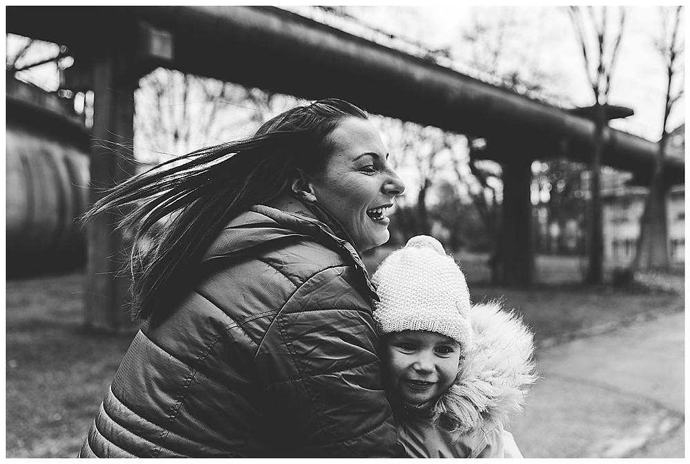 Gaswerk Augsburg lachende Mama mit ihrem Kind