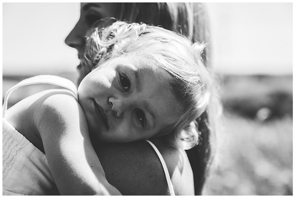 Kind kuschelt an mamas Schulter