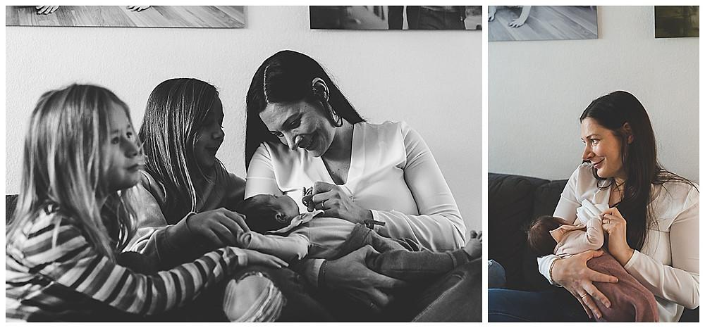 Mama und Baby auf Couch mit beiden Schwestern