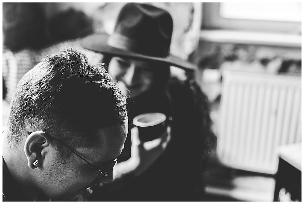 Frau schaut Mann an mit Teetasse in der Hand