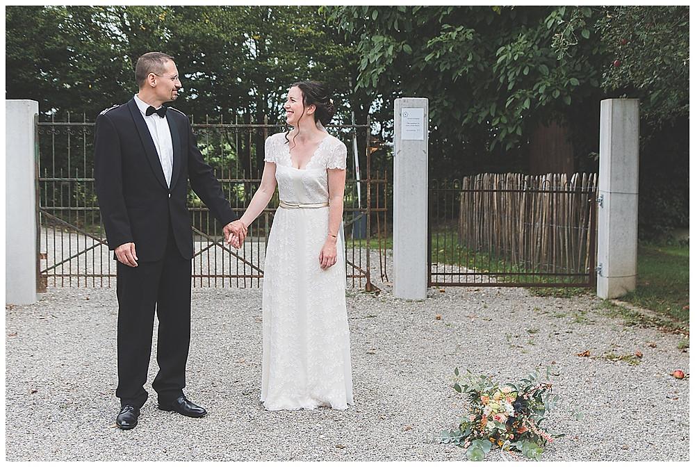 Brautpaar Hand in Hand lachend