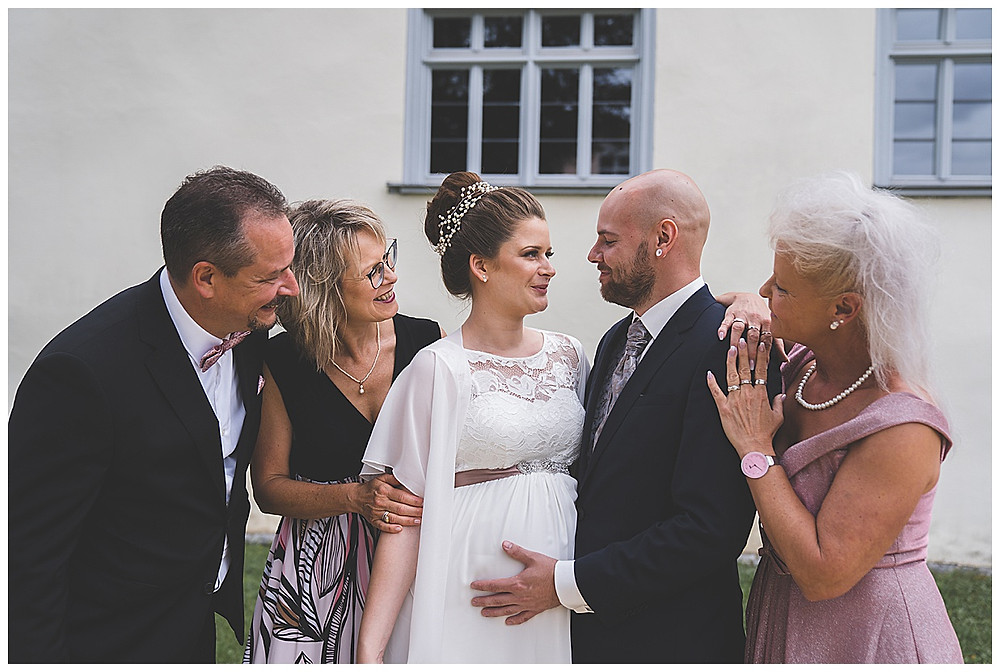 Familienbild an Hochzeit schwangere Braut Kloster herbrechtingen heiraten