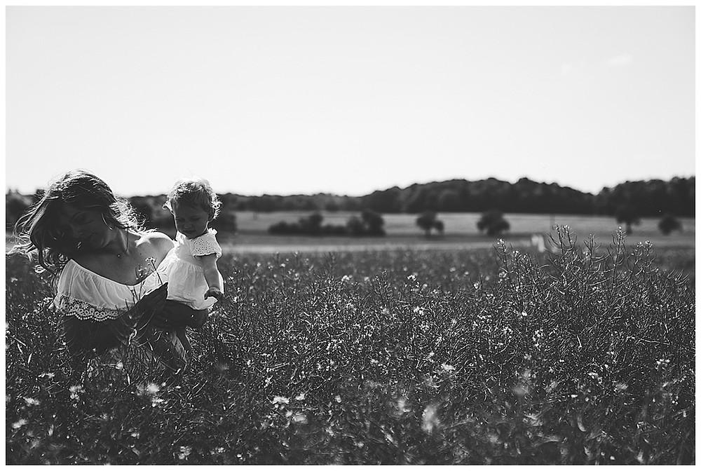 Tochter und Mama im Feld