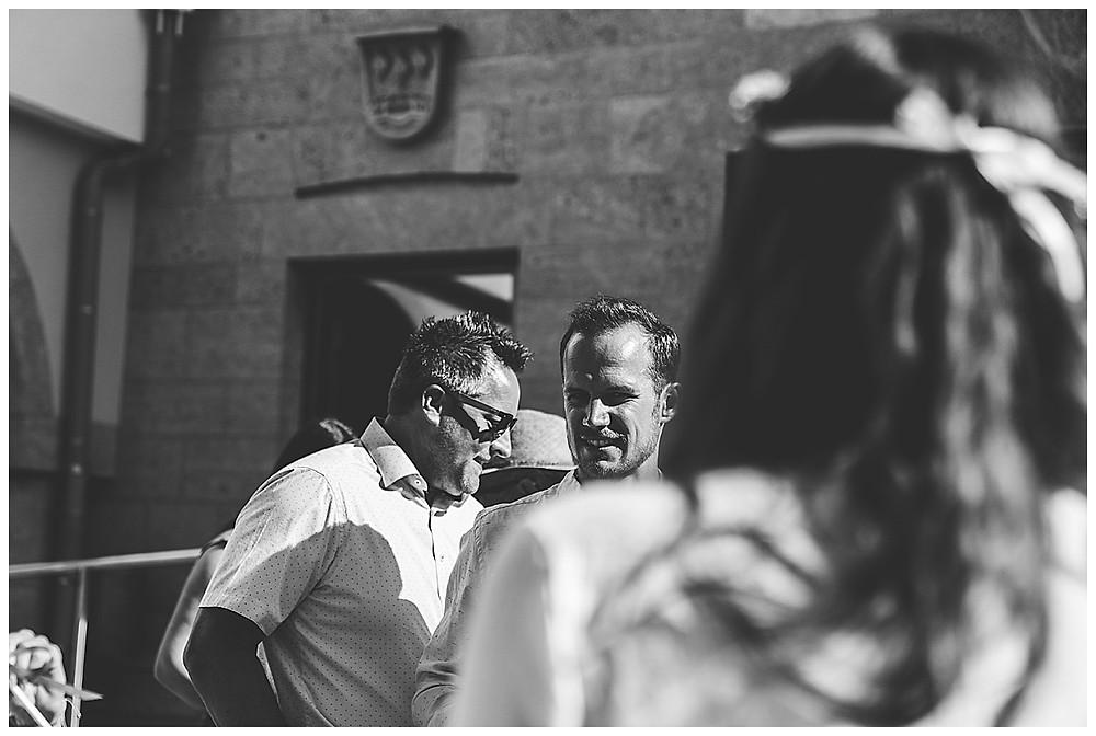 Bräutigam schaut zur Braut