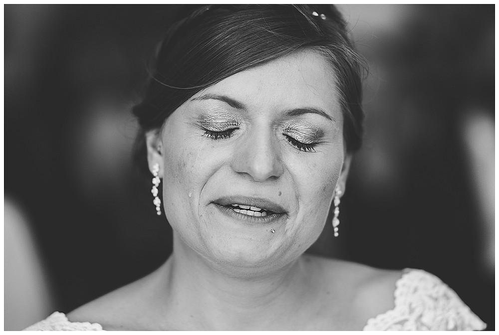 Braut weint im Standesamt Peiting Hochzeitsfotograf Bayern