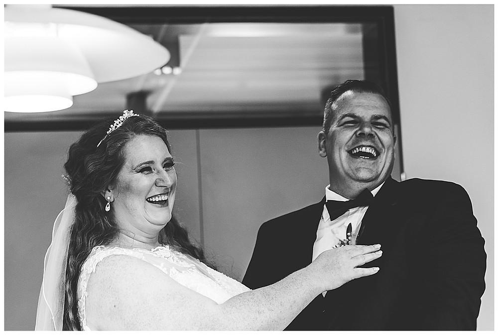 Braut und Bräutigam machen herzhaft im Ammersbek im Standesamt