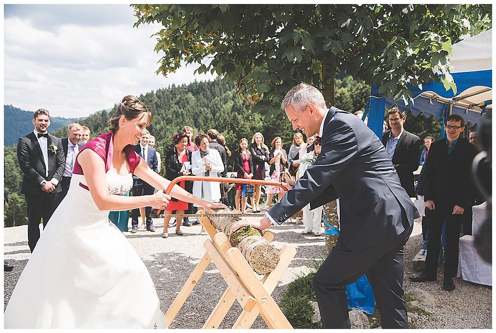 Baumstamm sägen bei Hochzeit