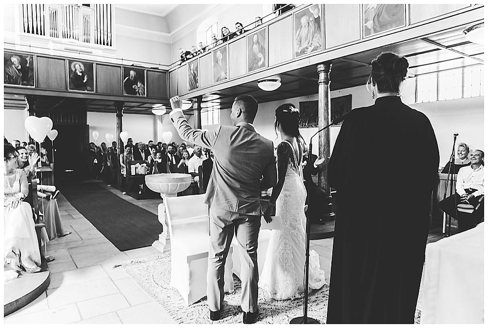 Brautpaar singt in Kirche Gästen zu