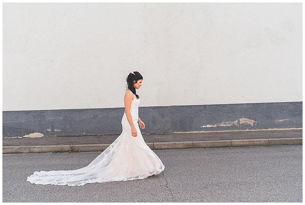 Braut kommt Hochzeitsfotograf Heidenheim