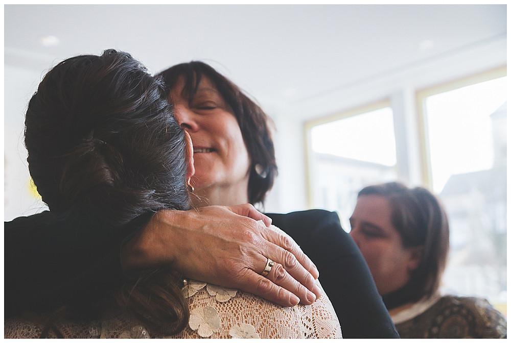 gerührte Brautmutter und Braut in Neu-Ulm Standesamt