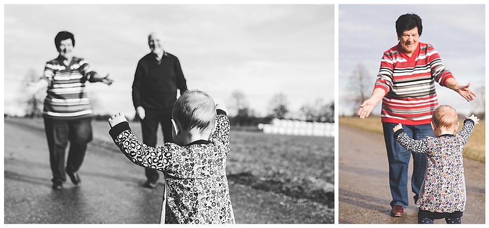 Kind läuft auf Großeltern zu