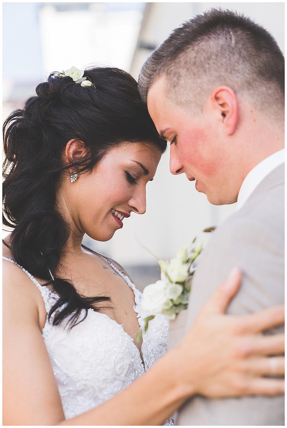Heidenheim Hochzeit Brautpaar umarmt sich