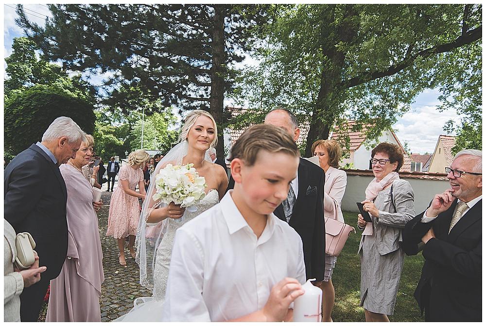 Braut läuft durch Spalier