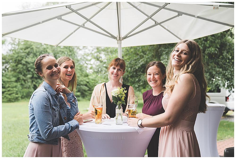 Mädels trinken an Hochzeit