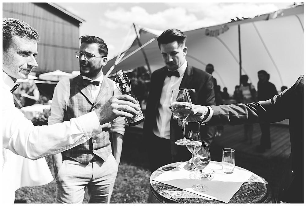 Hochzeitsgäste stoßen mit Bier an