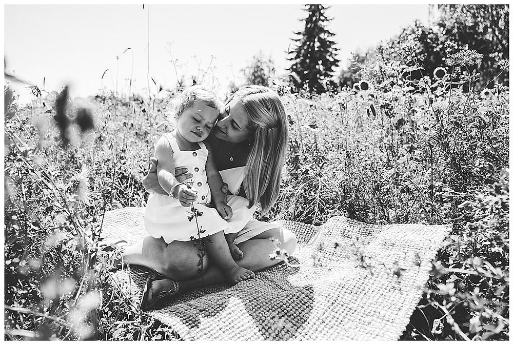 Mama und Kind im Sonnenblumenfeld