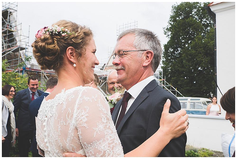 Papa gratuliert Braut nach der Kirche