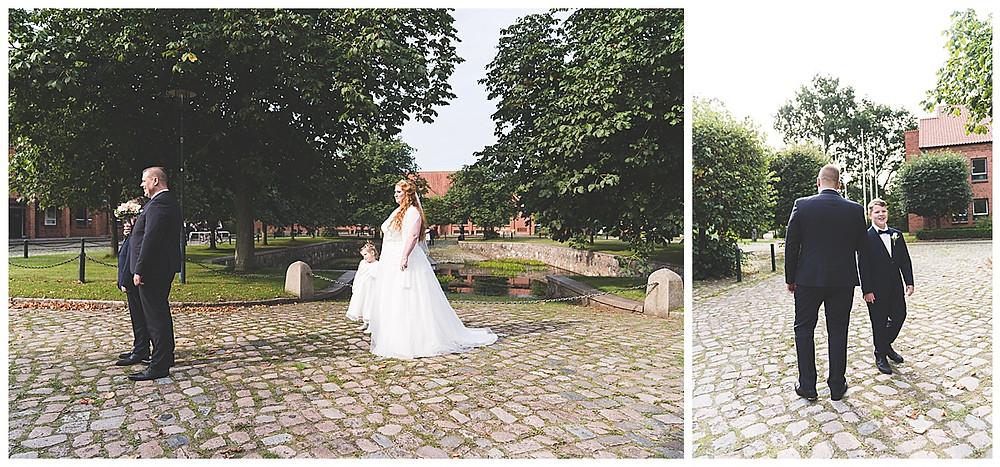 Braut und Tochter steht hinter Bräutigam und Sohn Am Standesamt Ammersbek