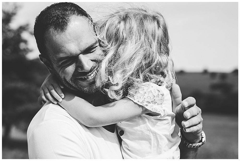Tochter auf Papas Arm