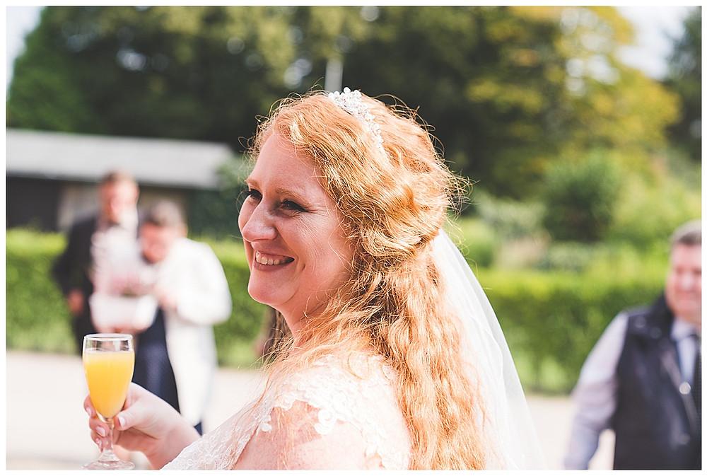 Braut trinke Sekt in Hamburg