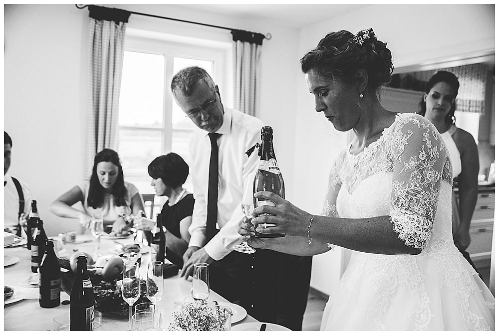 Braut trinkt Sekt zuhause mit Eltern