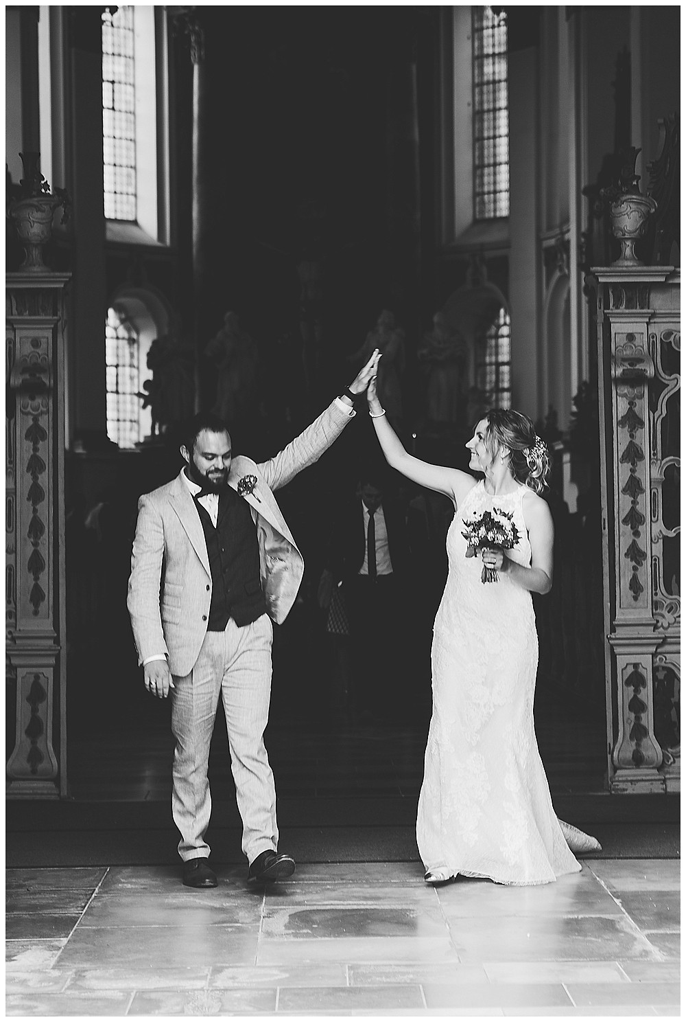 Brautpaar High Five vor Kirche