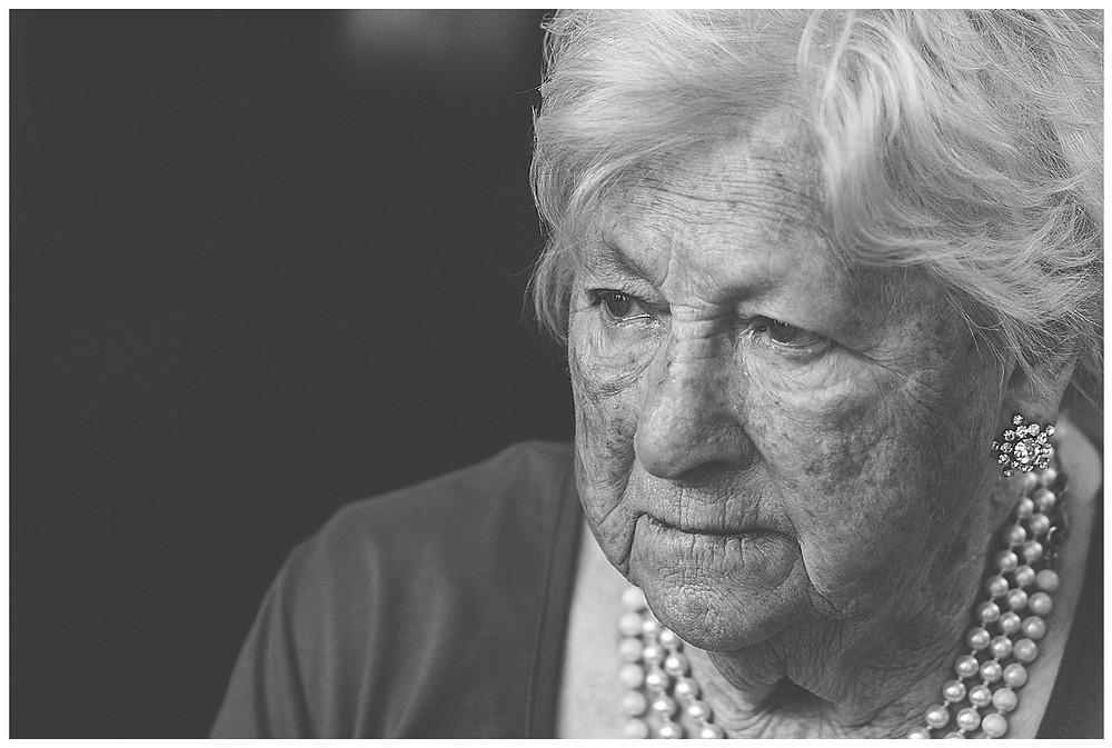 Braut der Oma im Standesamt weint