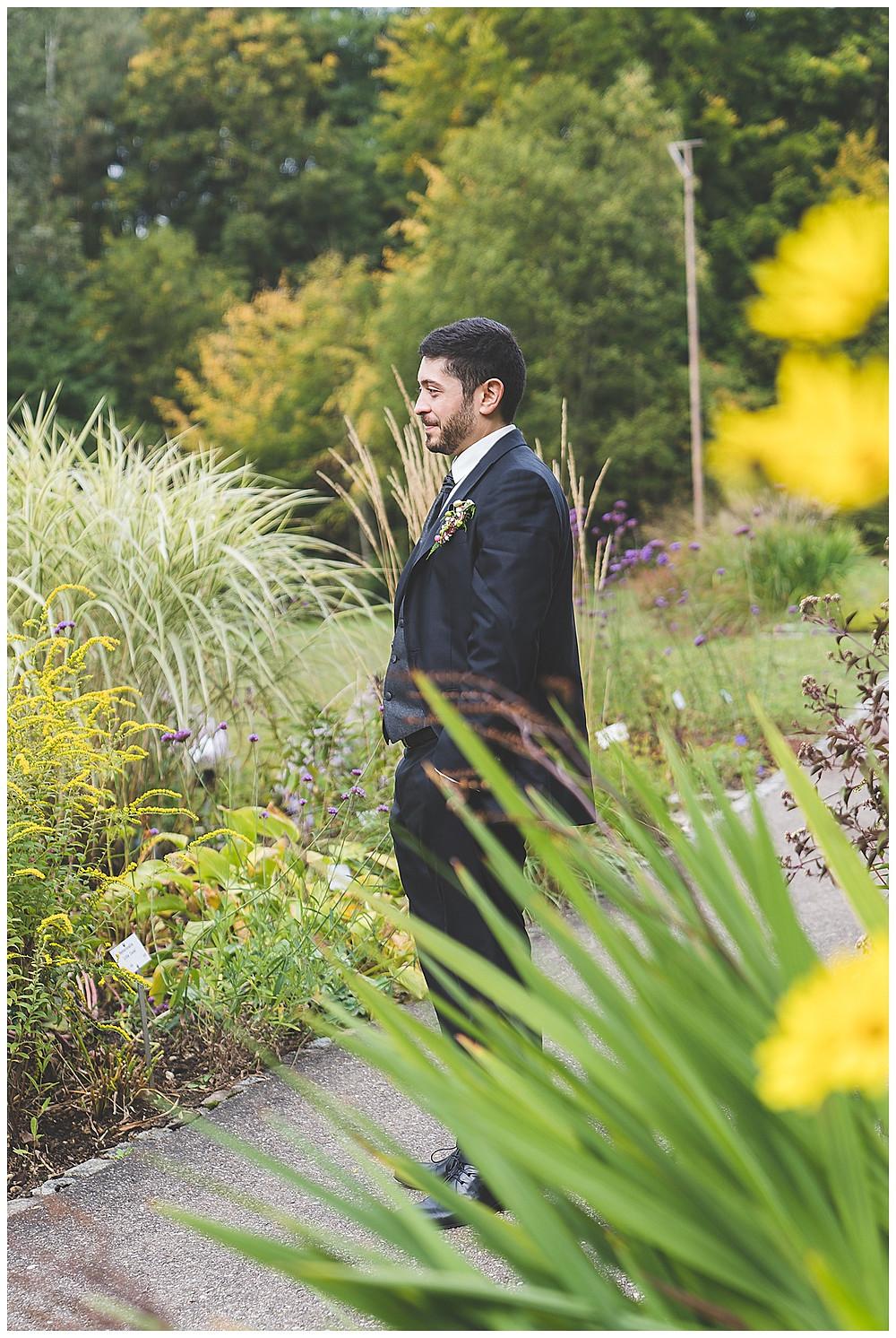 Hochzeitsfotograf Ulm Bräutigam im Botanischen Garten
