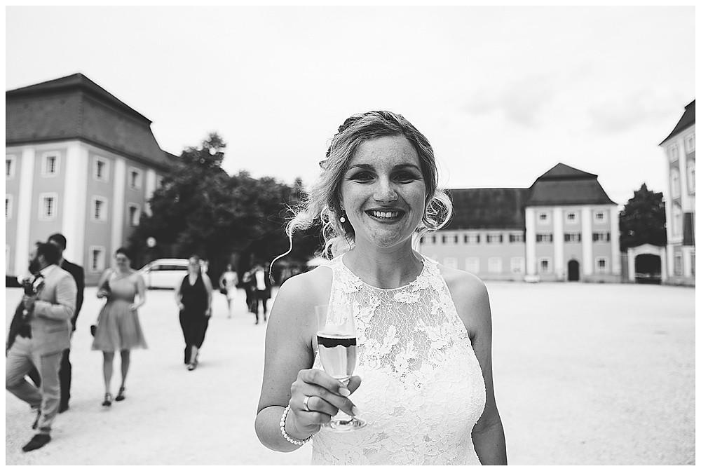 Braut trinkt Sekt