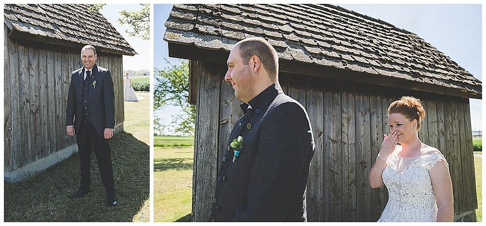 First Look vor Hütte Braut kommt Hochzeitsfotograf Ulm