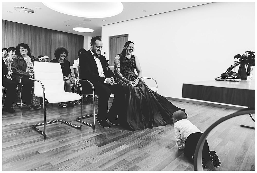 Brautpaar bei Trauung lachend im Rathaus Gertshofen