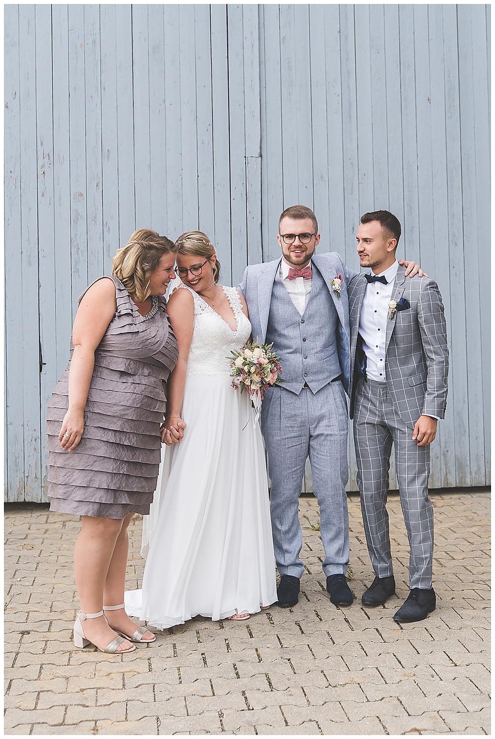 Brautpaar mit Trauzeugen lachend