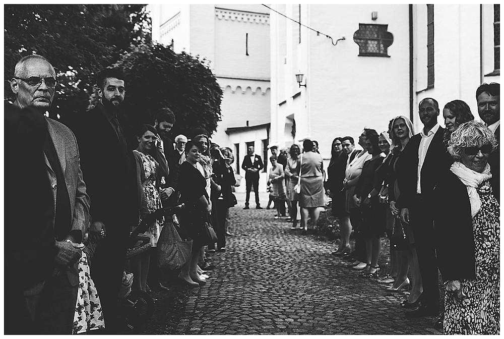 Bräutigam und Gäste waren vor Kirche in Göggingen auf Braut