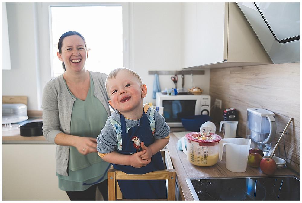 Mama und Sohn backen Kuchen