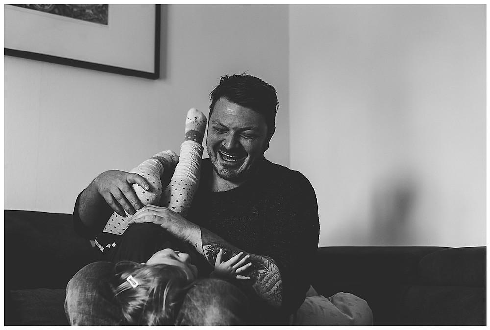Papa spielt mit seiner Tochter