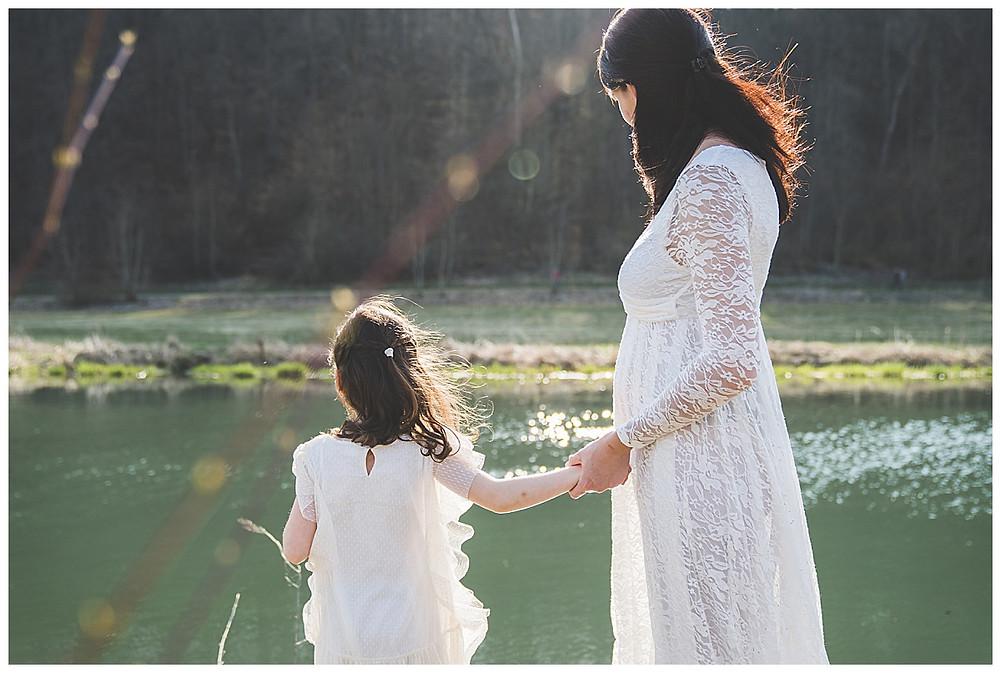 Mama hält Kind und schauen auf die Brenz